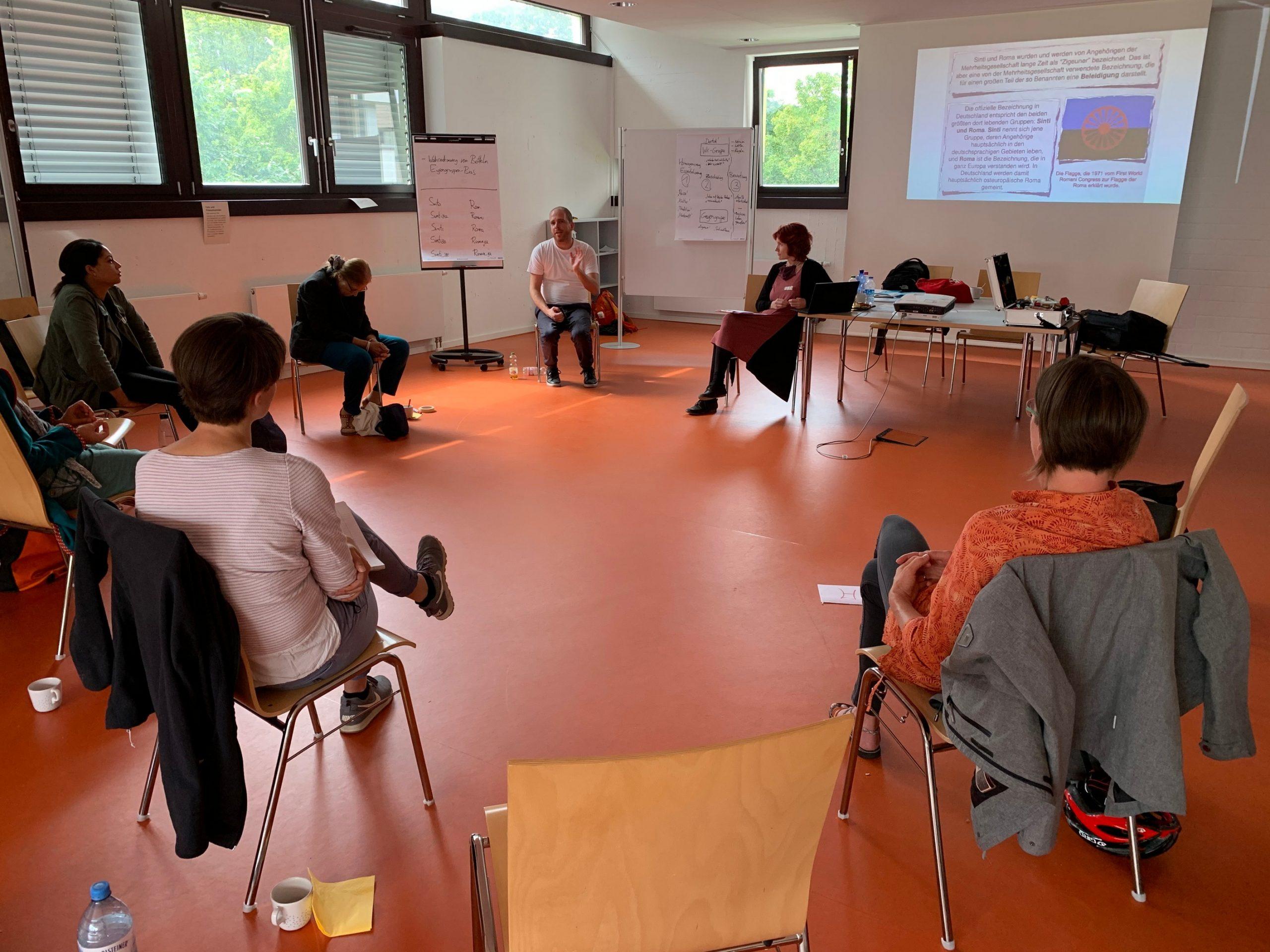 Workshop-Teilnehmende im Stuhlkreis