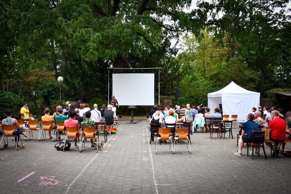 Meschengruppe bei Queeres Open-Air- Kino Tag
