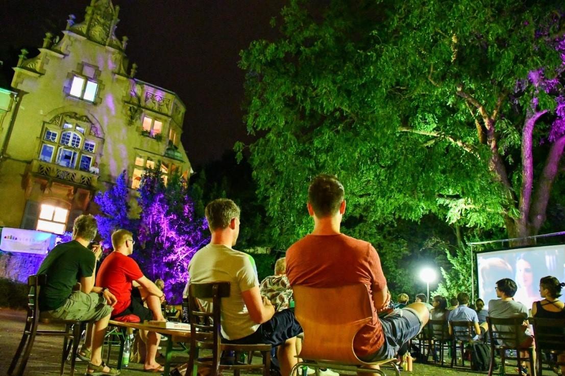 Meschengruppe bei Queeres Open-Air- Kino Nacht